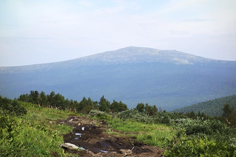 Вид с Перевала Дятлова на гору Отортен
